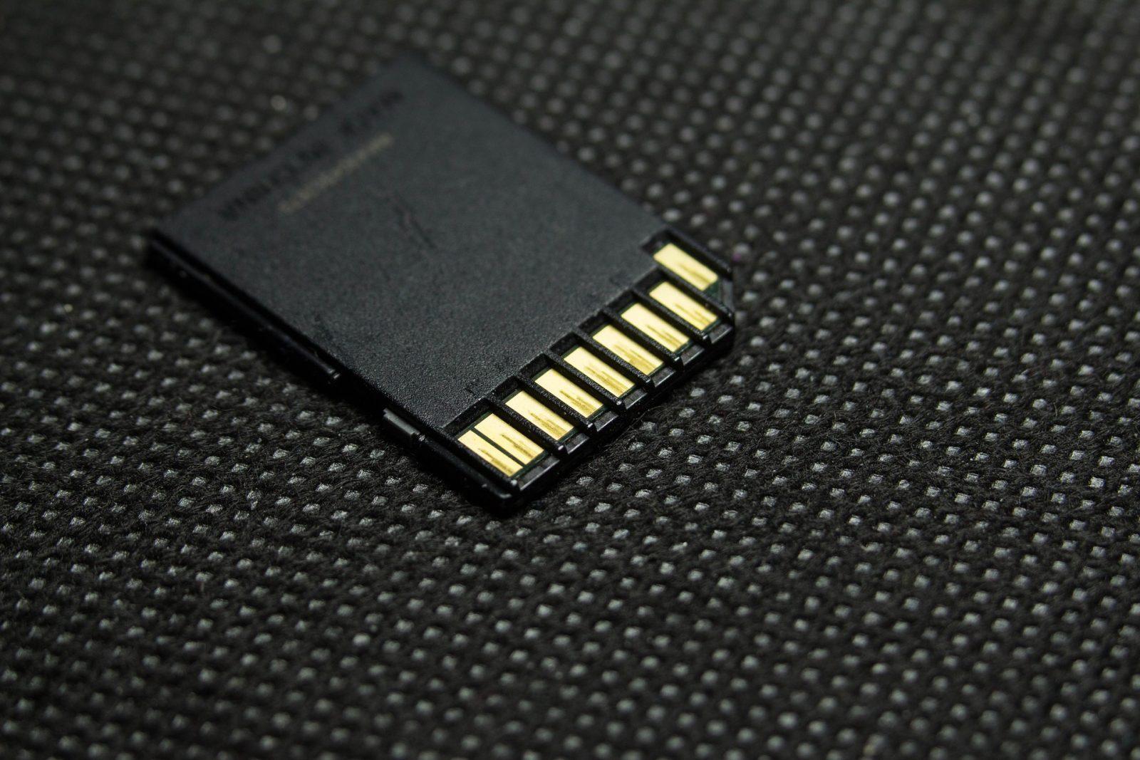Rückseite einer SD Karte auf Teppichboden