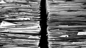 2 Stapel ungeordneter Dokumente und Akten