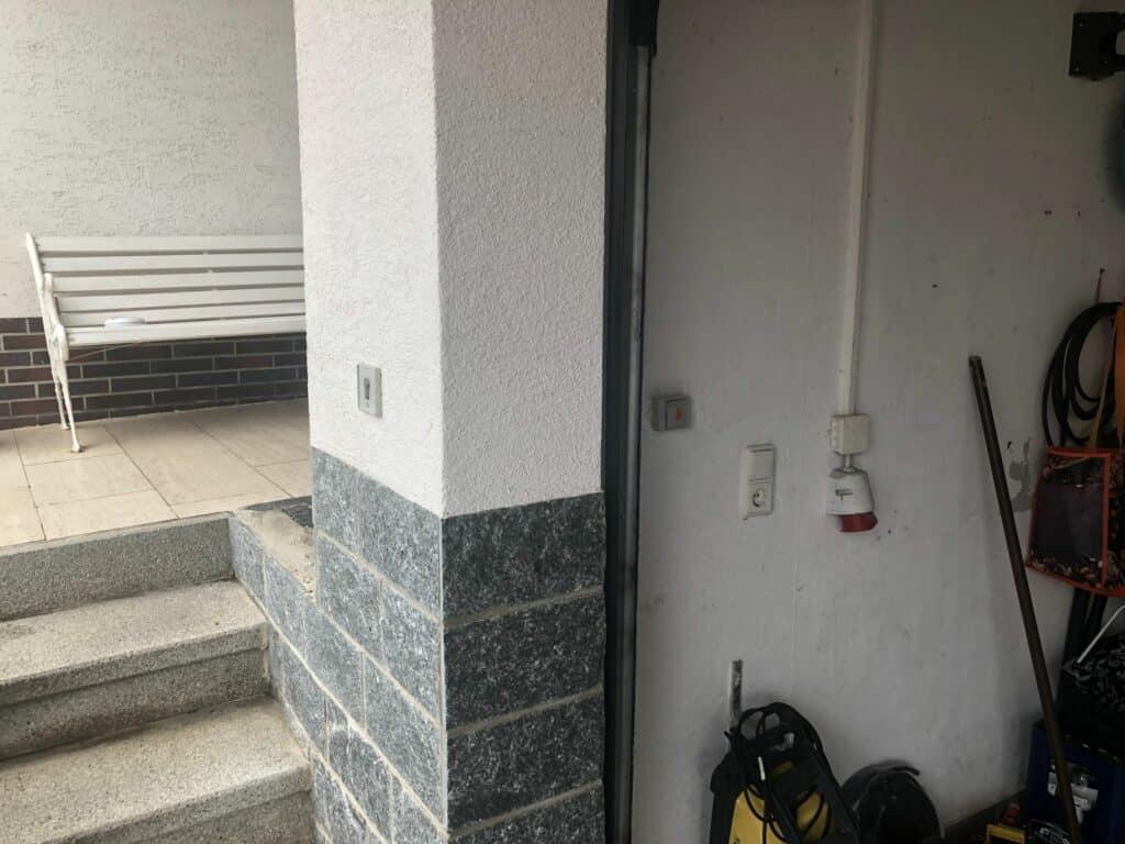 2 Taster für Garagentor an der Wand