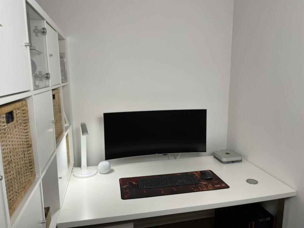 Schreibtisch vor Nanoleaf Hexagon Panels