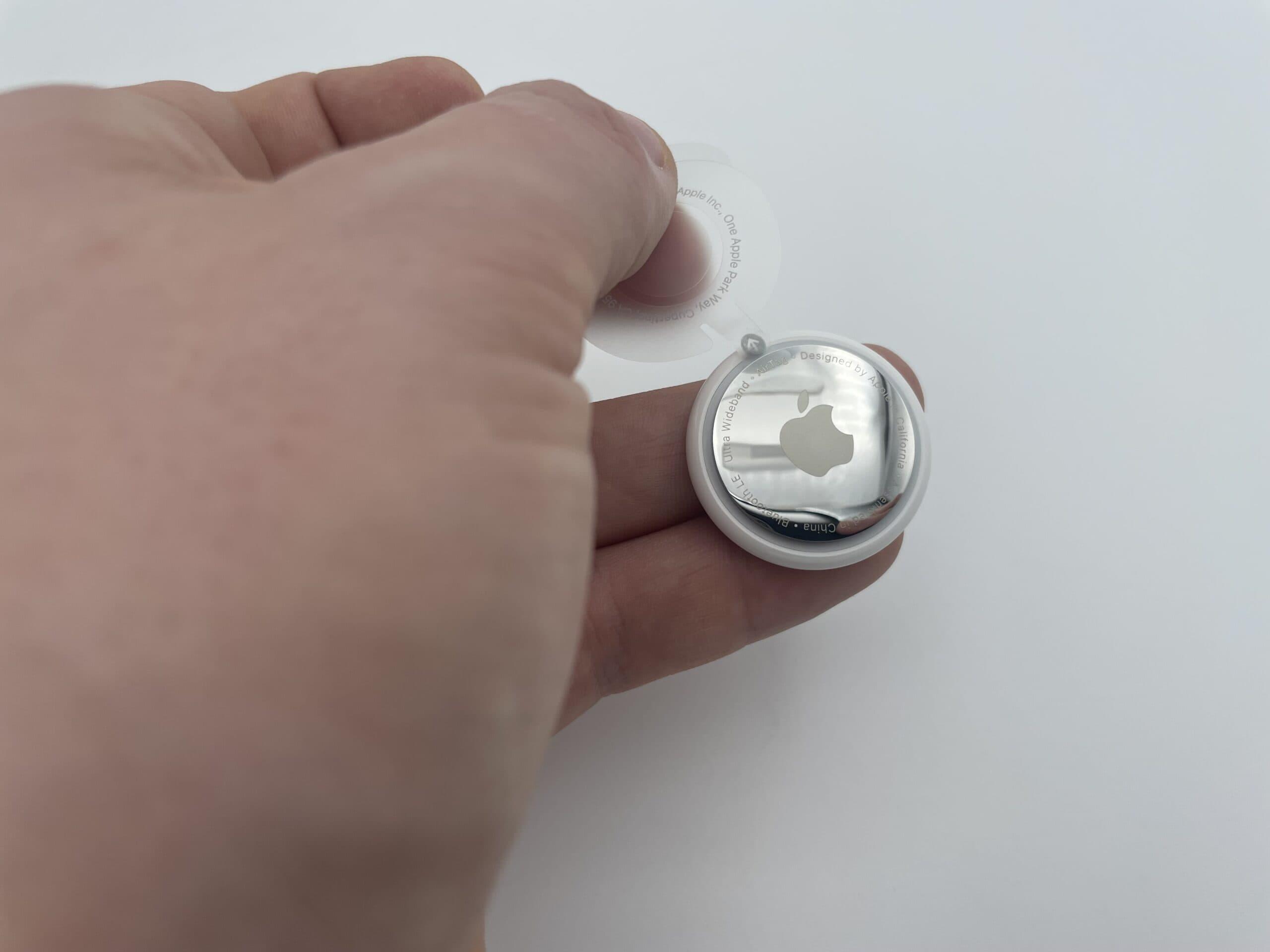 AirTag Plastik herausziehen für Batterieversorgung