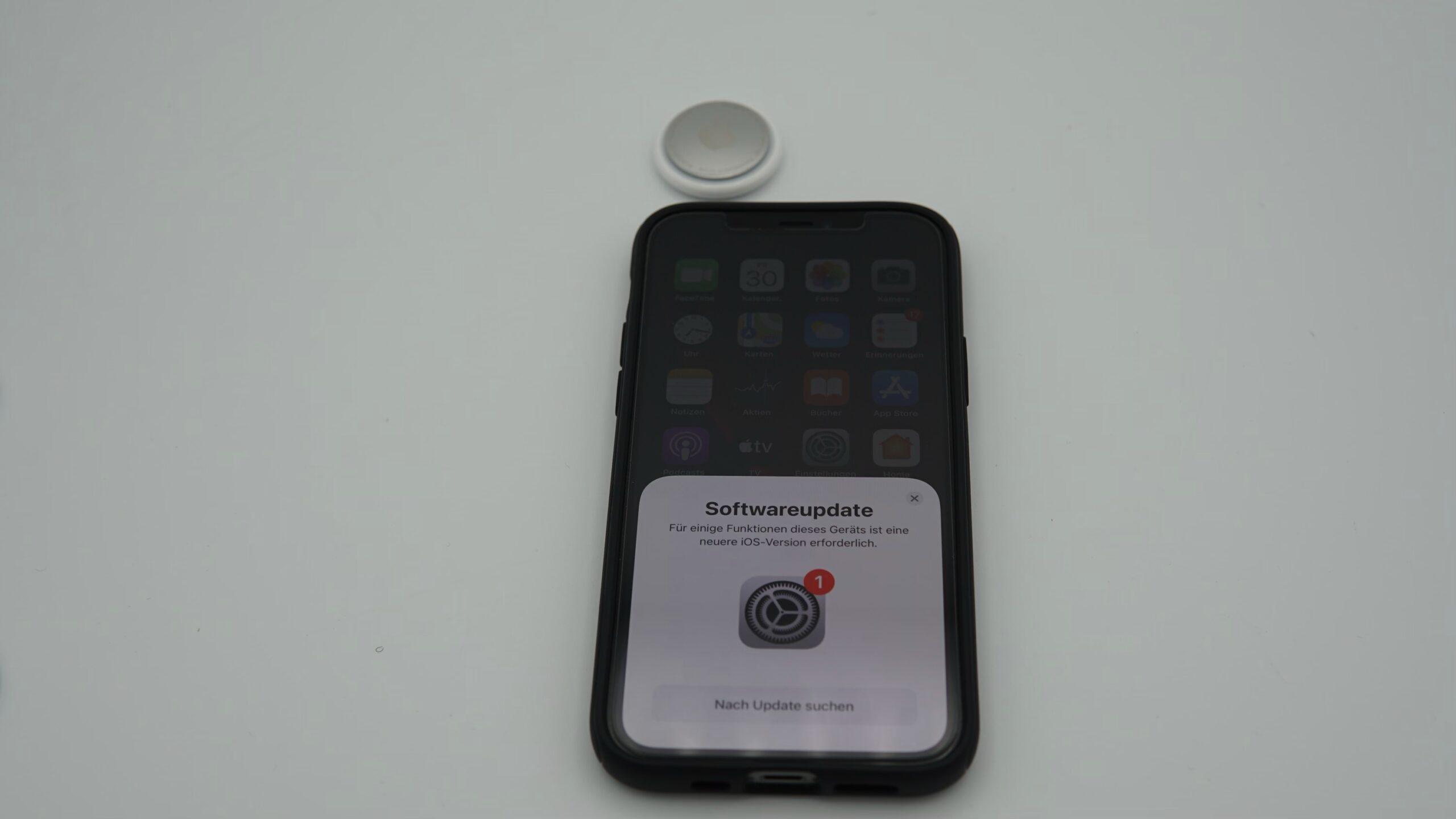 iPhone mit fehlendem Softwareupdate und AirTag oben Links